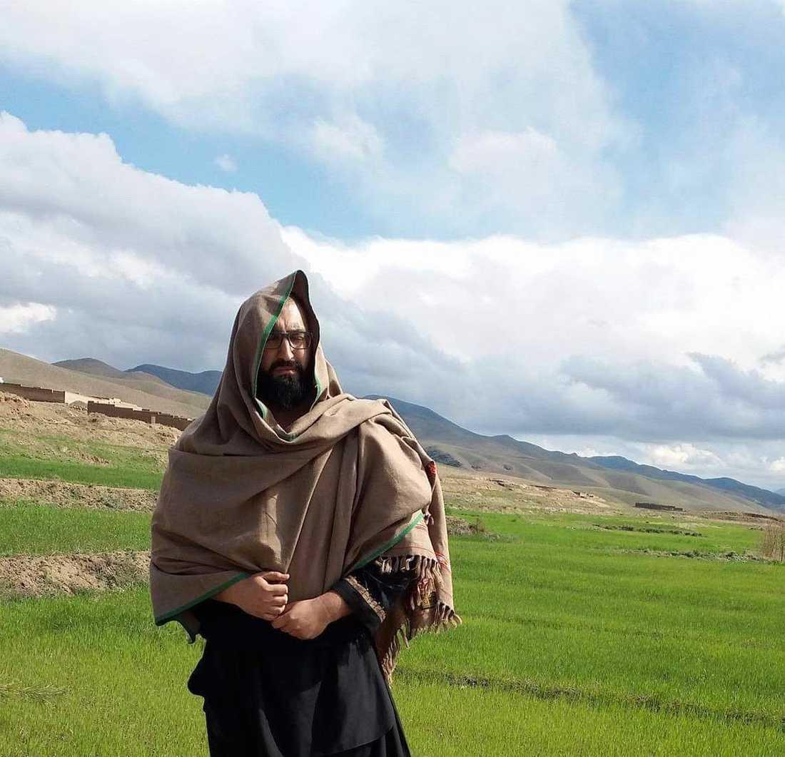 Många familjer törs inte skicka skina döttrar till skolan i Afghanistan. Det vill Hamdi ändra på.