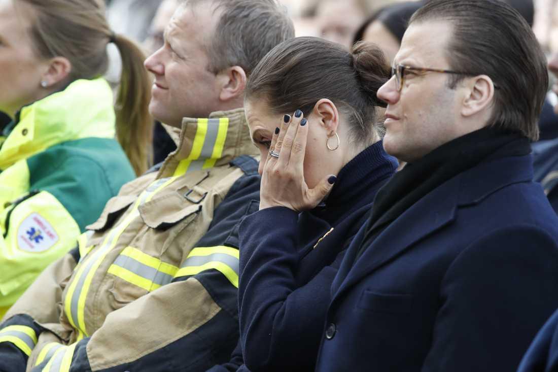 Kronprinsessan Victoria torkar tårarna under ceremonin.