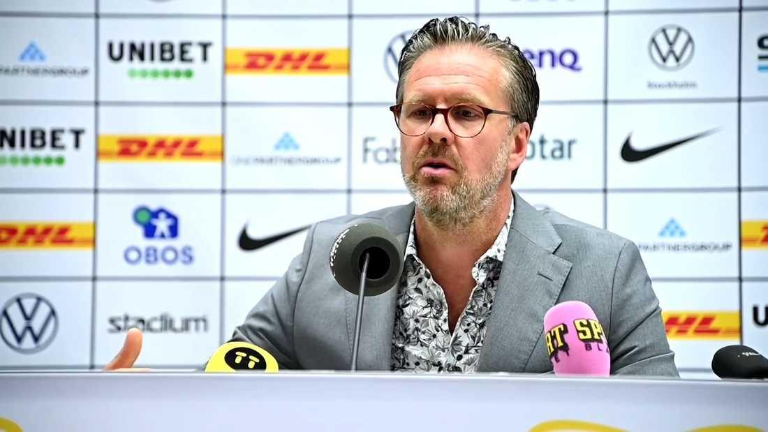 Rikard Norling under presskonferensen.