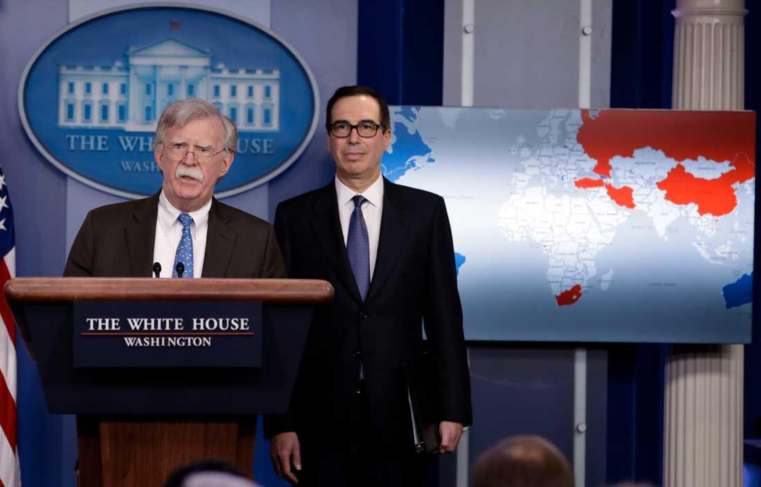 USA:s nationella säkerhetsrådgivare John Bolton och finansminister Steven Mnuchin vid en presskonferens.