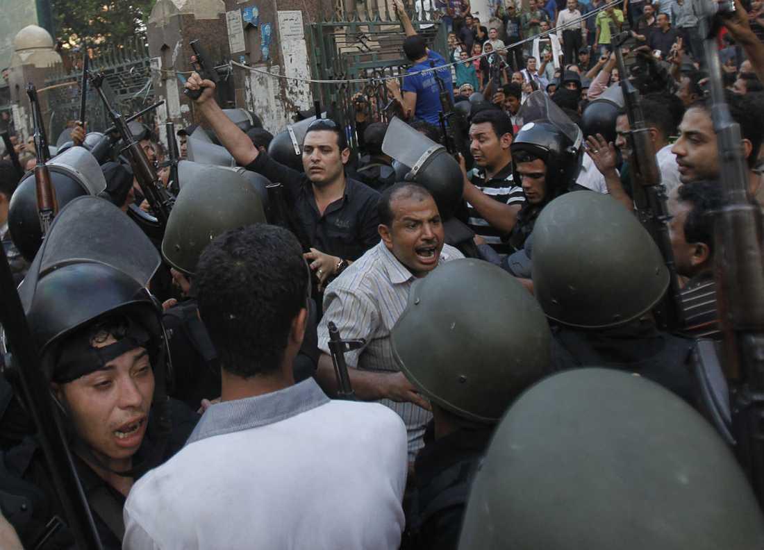 SAMMANDRABBNINGAR Runt om i Egypten har demonstranter och säkerhetsstyrkor drabbat samman. Båda har beskjutit varandra.