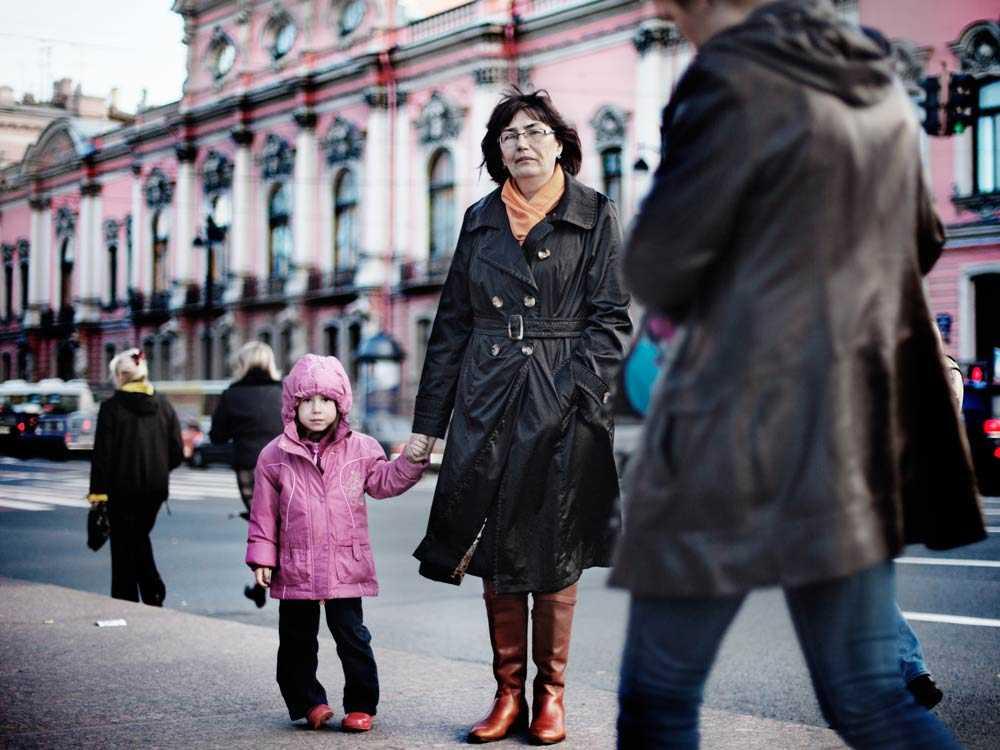 """Våld inom familjen anses """"normalt"""" i Ryssland. En rysk kvinna ansvarar för att familjen håller ihop."""