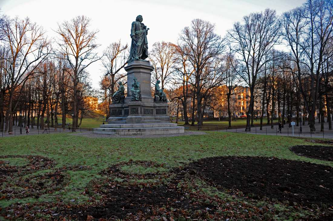 Carl von Linnés staty i Humlegården i Stockholm.