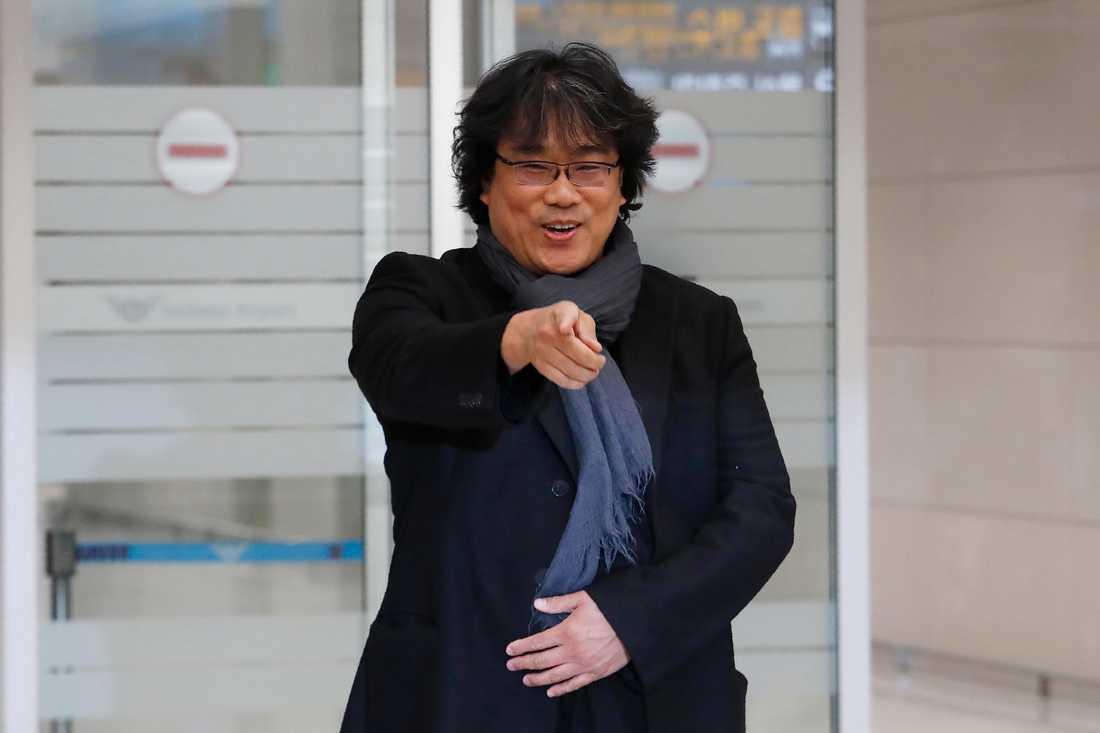 300 personer hade samlats på flygplatsen utanför Seoul för att välkomna regissören hem.