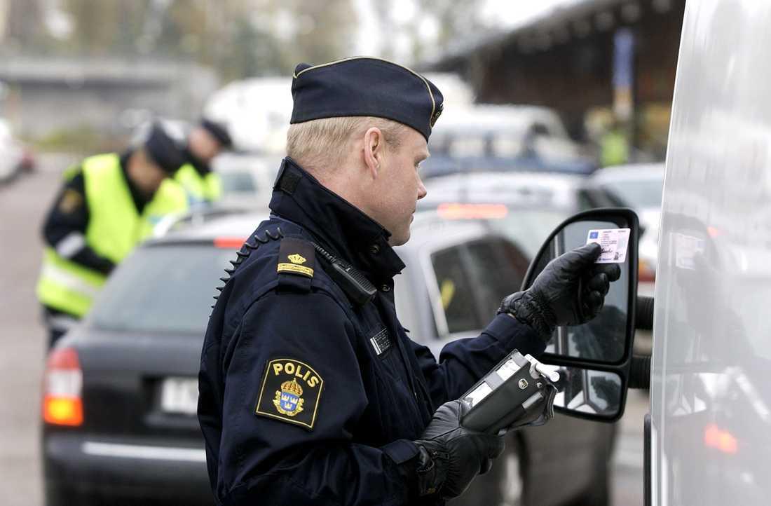 Enligt Trafikverket måste polisen i genomsnitt låta 998 personer blåsa innan man får två som passerat gränsen med dagens nykterhetskontroll. Arkivbild.
