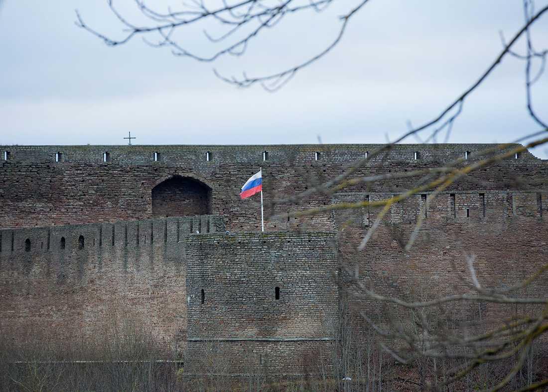 Fästningen på andra sidan floden i ryska Ivangorod.