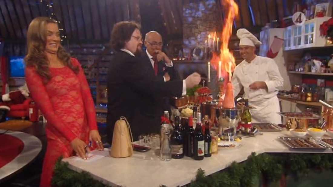 Under TV4:s uppesittarkväll skulle Edward Blom tillreda en karamelliserad sockertopp. Under direktsändningen antändes plötsligt några servetter.