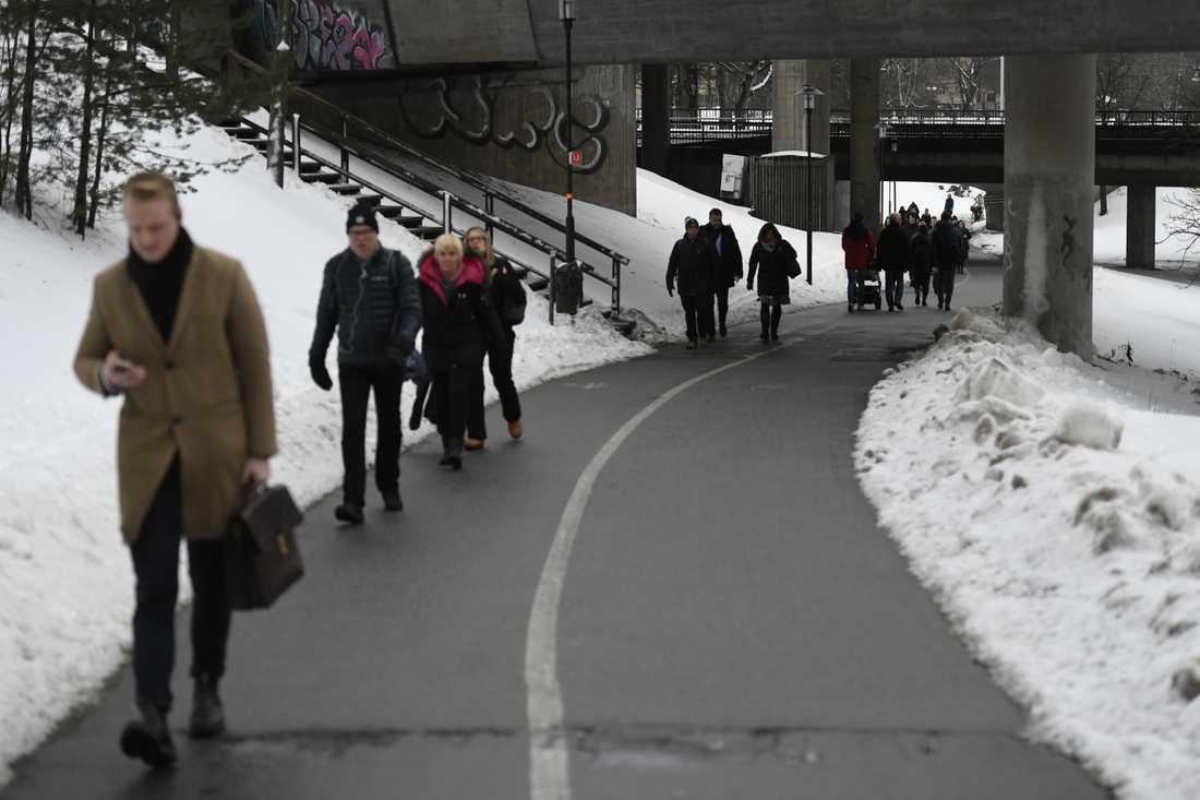 Många väljer att promenera istället för att ta ersättningsbussar.