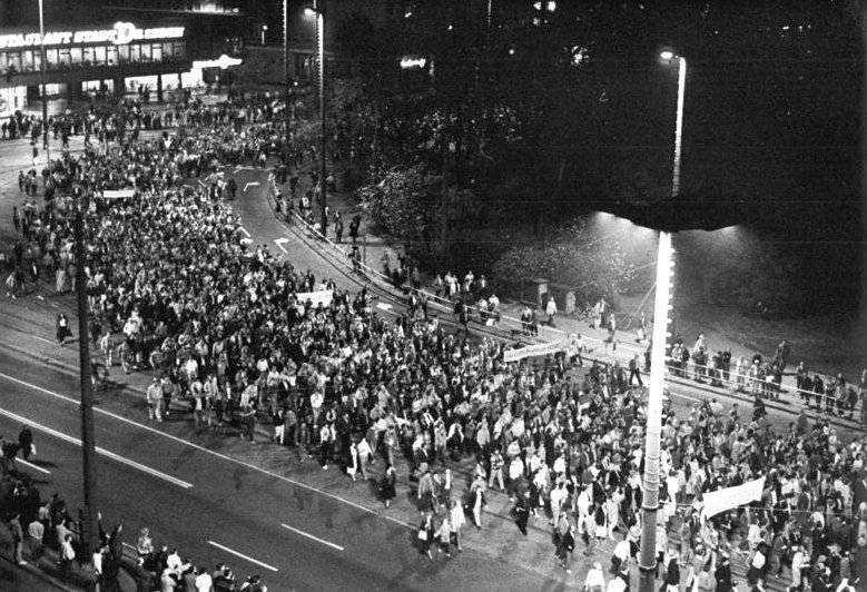 MASSPROTESTER. Den 9 oktober 1989 demonstranter tusentals människor i Leipzig mot den östtyska regimen. Kort därefter föll Berlinmuren. Protesterna leddes av den då 46-årige prästen Christian Führer.