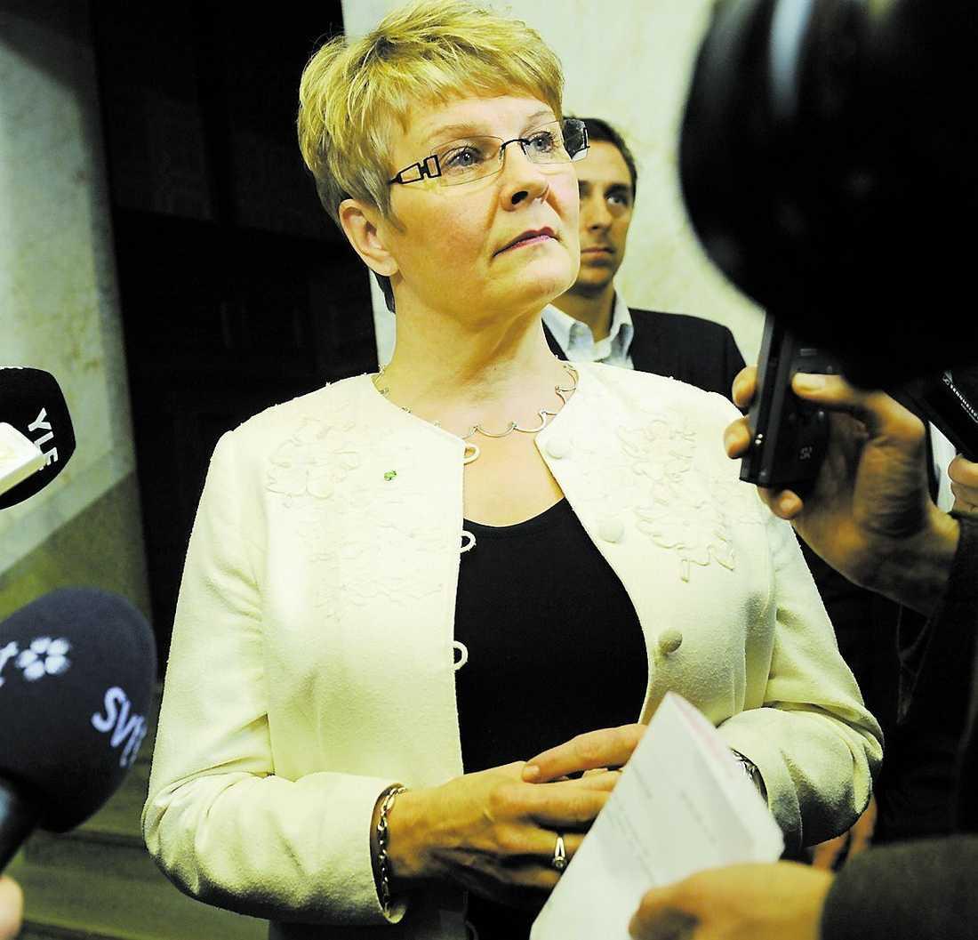 """""""Vi har inte ändrat uppfattning"""", hävdade Centerledaren Maud Olofsson på pressträffen i går. Samtidigt gav hon grönt ljus för ny kärnkraft."""