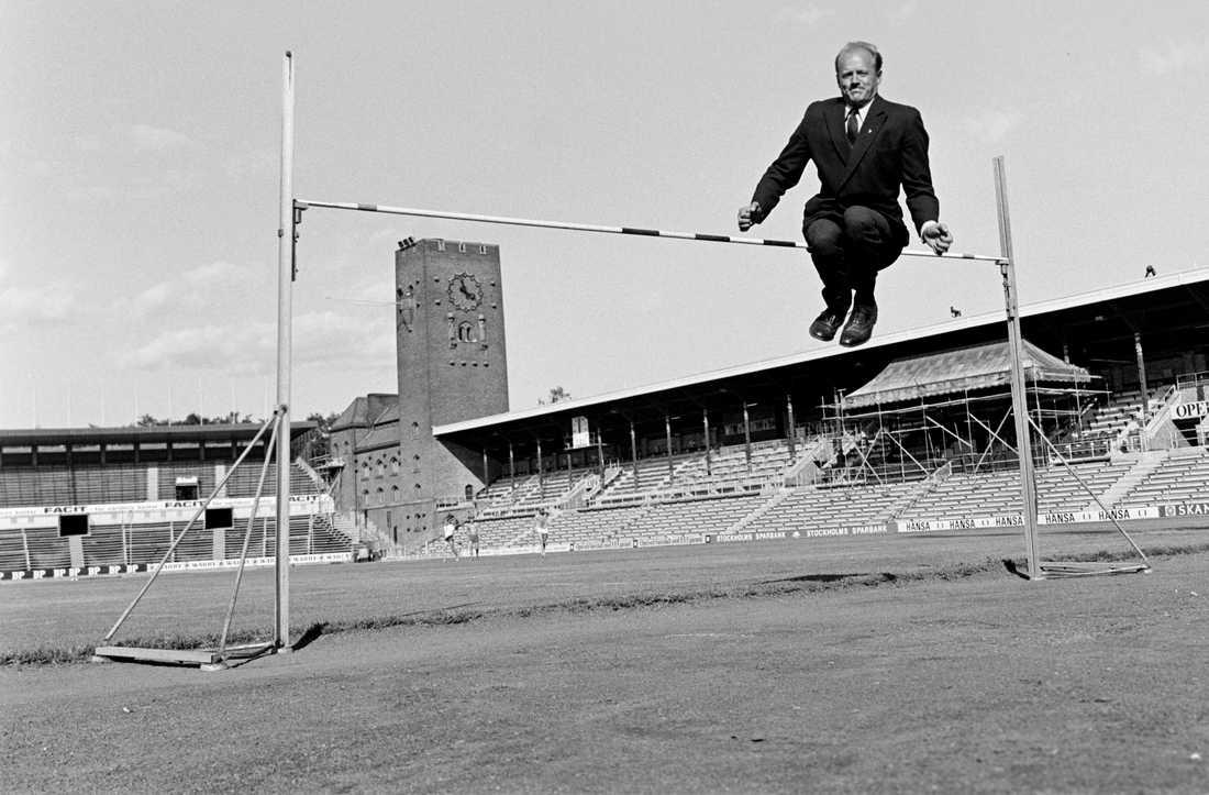 1968 förevisade Bengt Nilsson sin spänst på Stockholms stadion – iklädd kostym.