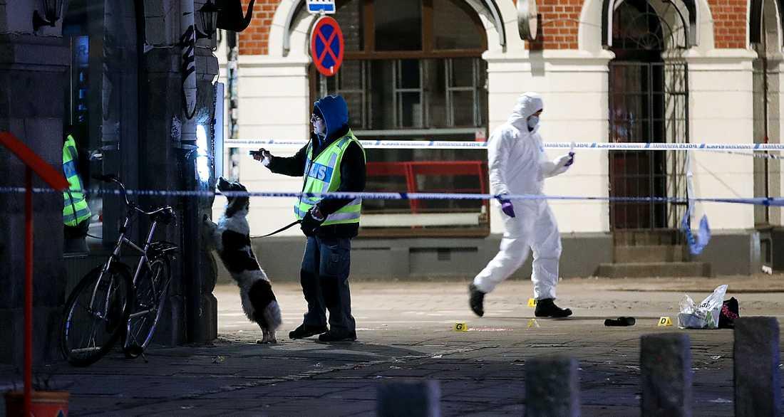 Polisens tekniker på plats vid Möllevångstorget i Malmö.