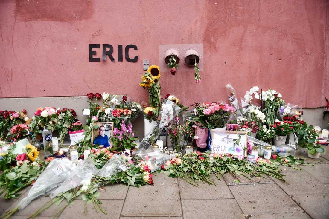 Blommor och ljus på den plats där Eric Torell sköts till döds, den 2 augusti förra sommaren. Arkivbild.