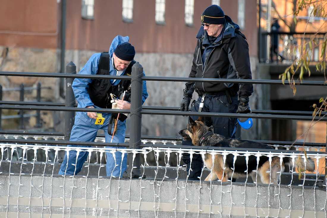 Polisens tekniker letar spår på platsen på fredagen.