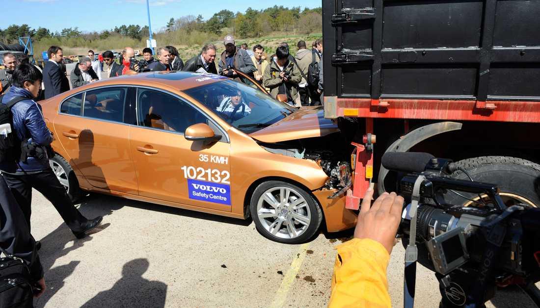 Fiasko Volvos krocktestbana firar tio år. Det skulle firas med att visa världen hur bra bilbyggarna är på säkerhet.Tyvärr gick inte allt enligt planerna. En S60 som automatiskt ska bromsa för framförvarande fordon körde rätt in i ett lastbilssläp.