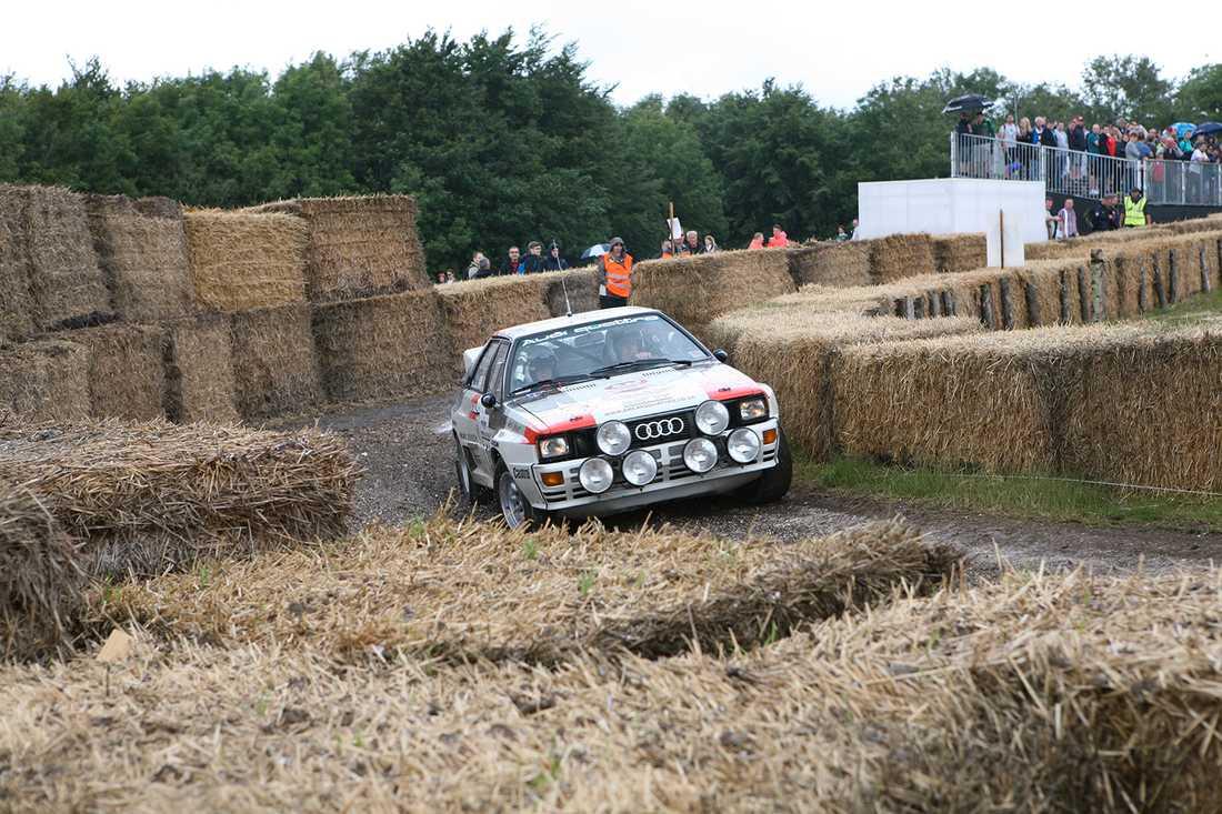 Audis quttro tacklar rallysvängen uppe på kullen.