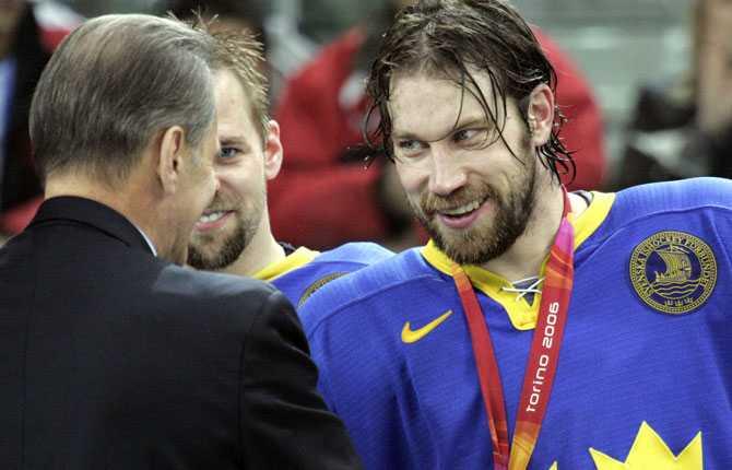 GULDKILLE Forsberg kom till spel i OS   och resten är historia. Här får han guldmedaljen av Jacques Rogge efter finalsegern över Finland.