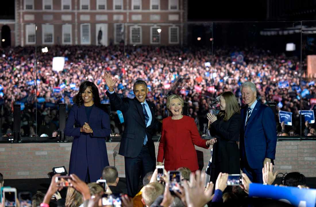 DAGEN INNAN VALET Hillary Clintons näst sista tal och hennes största valmöte. Uppskattningsvis 40 000 personer hade samlats vid Indepedence Mall i Philadelphia. Draghjälpen bestod av Barack Obama, Bill Clinton och Bruce Springteen.