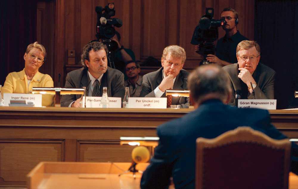 Per Unckel, nummer två från höger, utfrågar Göran Persson om Sydafrika-skandalen 2000.