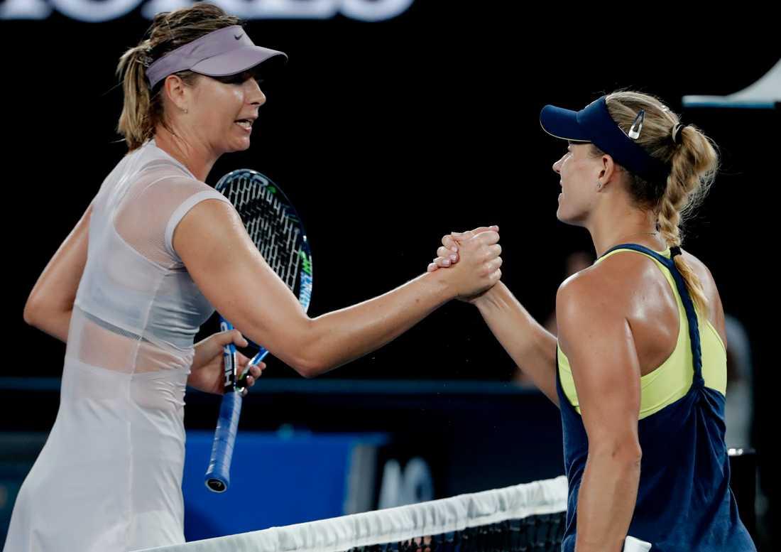 Angelique Kerber, till höger, skakar Maria Sjarapovas hand efter segern i den tredje omgången av Australian Opens damsingelturnering.