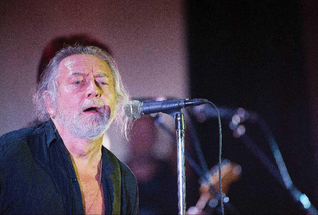 LADDAR BÖSSAN – IBLAND Ulf Lundell inledde sin turné i Västerås i går. I vissa stunder rev han av ordentliga salvor av slamrig bluesrock men ofta var tonen mer resonerande och lågmäld.