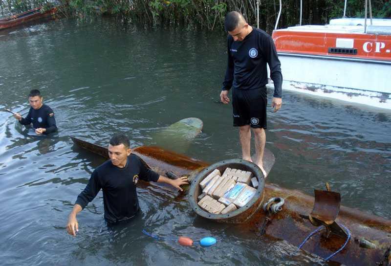 TONVIS MED KNARK Den hemmagjorda ubåten hittades nedsänkt i vattnet utanför staden Tumaco i Colombia.
