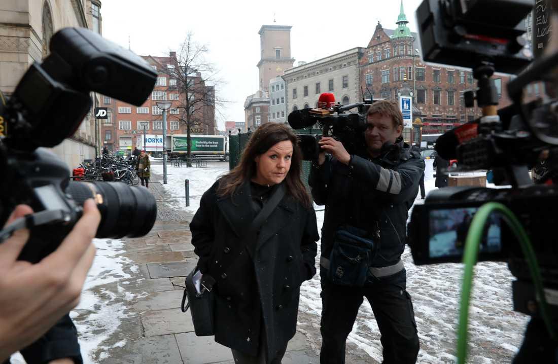 Peter Madsens försvarsadvokat Betina Hald Engmark anländer till Köpenhamns byret, där rättegången mot Peter Madsen inleds.