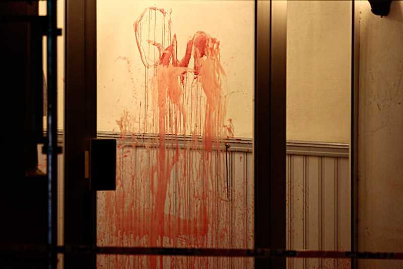 """Någon hade använt offrets blod och skrivit """"Gud"""" på väggen i trapphuset. Än är det oklart vem."""
