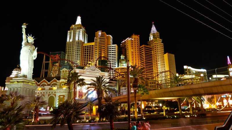 New York, New York Precis som namnet antyder har detta hhotell och casino ett New York-tema. Trots att det ser ut som flera hus består byggnaden bara av en enda byggnad. Dessutom har hotellet en mycket stor berg- och dalbana som går runt hela hotellkomplexet.