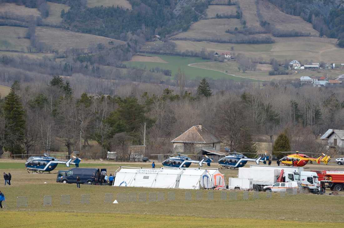 Helikoptrar och räddningspersonal i närheten av olycksplatsen.