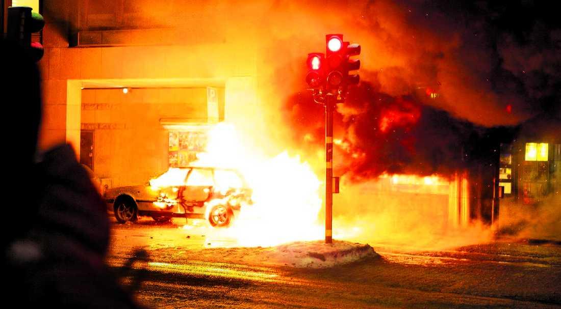 explosion Den vita Audin skapade ett eldmoln klockan 16.52 när den slets sönder – mitt på en av Stockholms mest trafikerade shoppinggator. Ingen person som var på gatan just då skadades i explosionen.