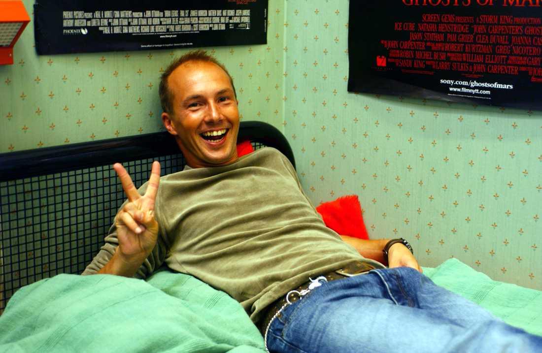 "Olle Sarris karaktär ""Anton"" i komediserien ""C/o Segemyhr""."