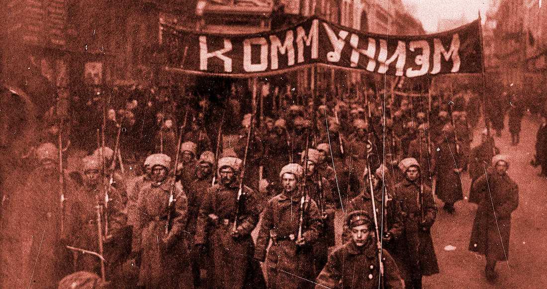 Beväpnade kommunister tågar mot Kreml i Moskva i oktober 1917