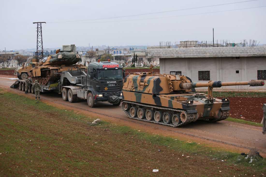 En turkisk militärkonvoj utanför staden Idlib på onsdagen. Turkiet kommer att attackera regimstyrkor var som helst i Syrien i det fall turkiska soldater angrips på nytt, meddelar president Recep Tayyip Erdogan.