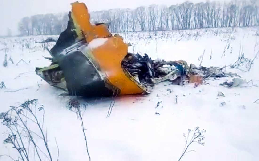 Vrakdelar från det störtade planet av typen Antonov AN148 på ett fält i närheten av byn Stepanovskoje.