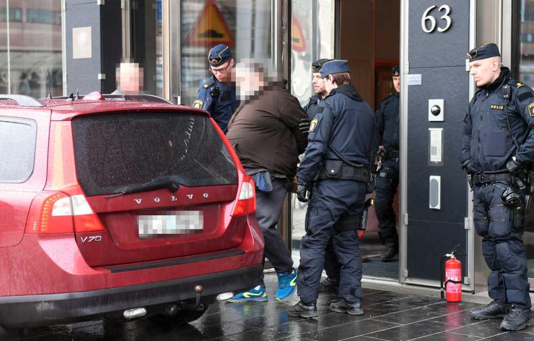 Här grips en man vid ett hotel i centrala Stockholm.
