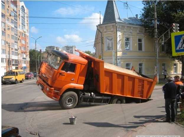 Slukar allt.  Bilar, bussar och lastbilar försvinner ned i marken i ryska staden Samara.