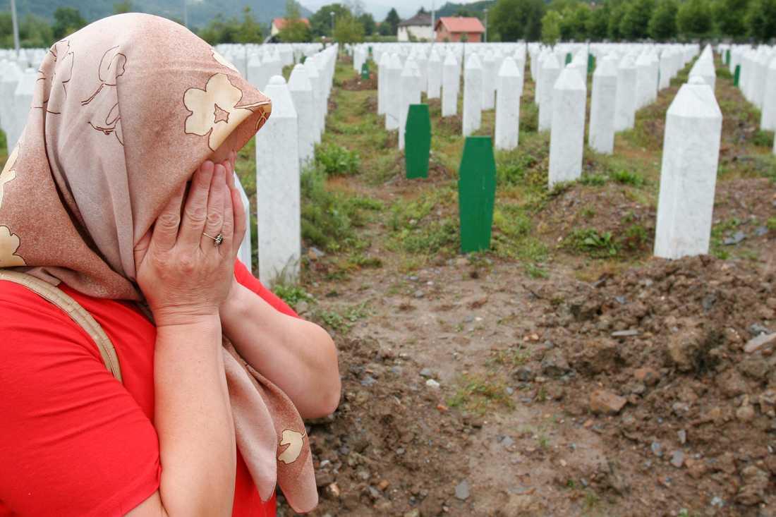 En kvinna sörjer vid Srebrenicas gravar