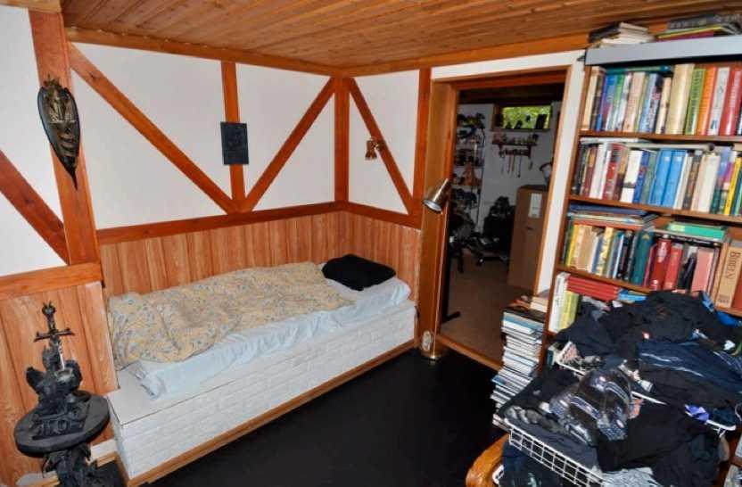 Här i sovrummet i källaren sov den misstänkte.