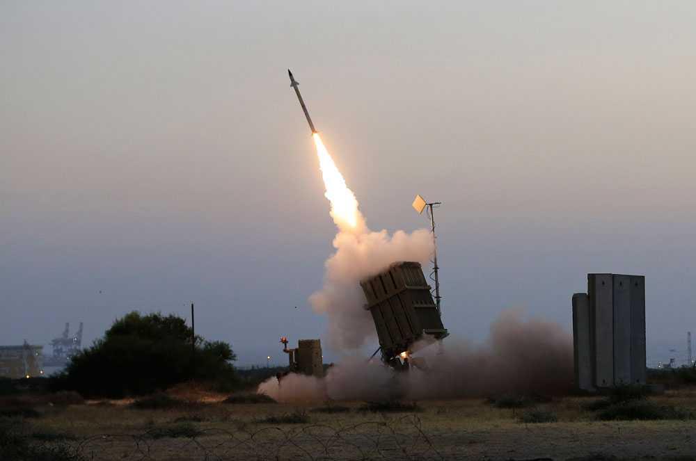 """Israel använder så kallade Iron Domes, """"järnkupoler"""", för att skydda sig mot Hamas attacker. Iron Domes hittar Gazaraketer och tar ner dem med 90% träffsäkerhet. Man avleder attacker mot bebodda områden och ignorerar raketer som landar på annat håll."""