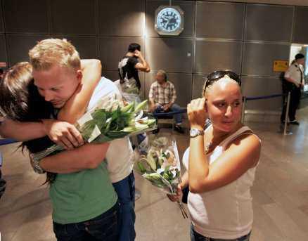 """Äntligen hemma Paret Mattias Björklind och flickvännen Linda Peterson, höger, blir mötta med blommor och kramar av Lindas lillasyster Annelie Peterson. """"Vi har bara fått information genom nyheterna, säger Annelie. Det har varit hemskt med all ovisshet, jag är så glad nu."""""""