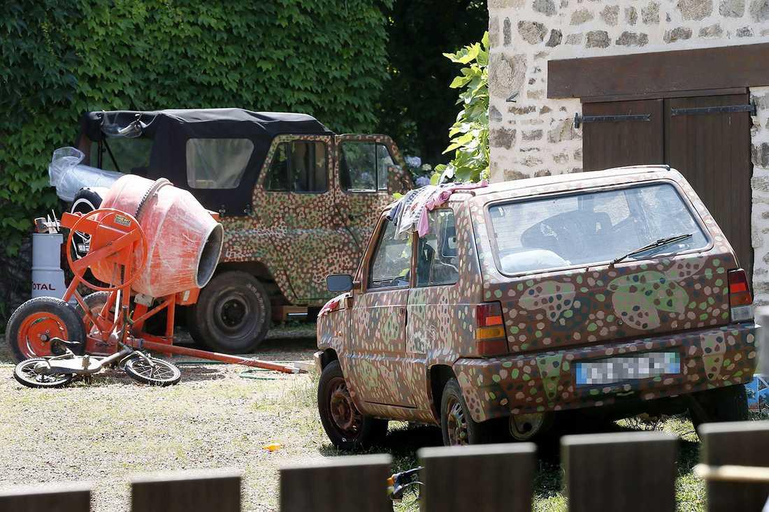 Flera bilder som tagits utanför Vikernes gård visar norrmannens bilar – som alla är målade i kamouflagefärger.