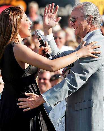 Kungen hälsar mer än glatt på Helena Paparizou när hon sjunger till honom.