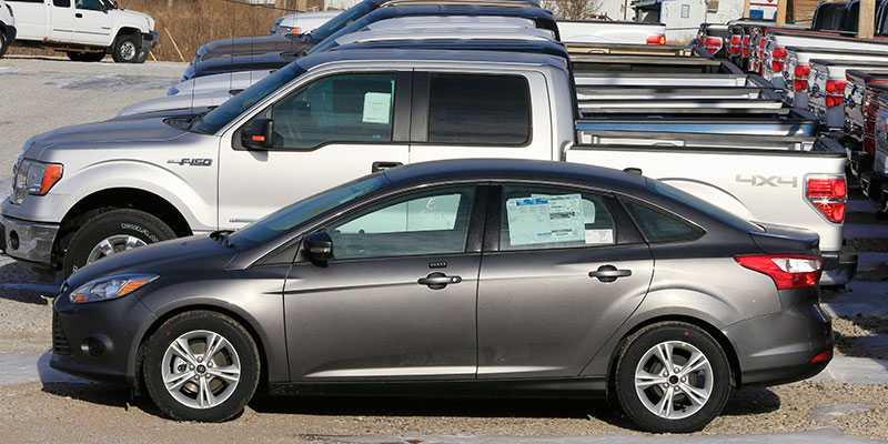 Ford F-150 är USA:s mest sålda bil – här parkerad bredvid en Ford Focus. För stor? Ja, det tycker åtminstone bostadsföreningen.