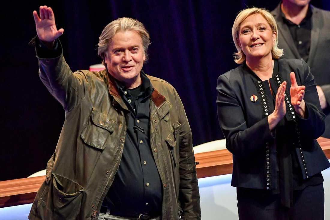 Steve Bannon med Front Nationals partiledare Marine Le Pen på partiets kongress 10 mars 2018.