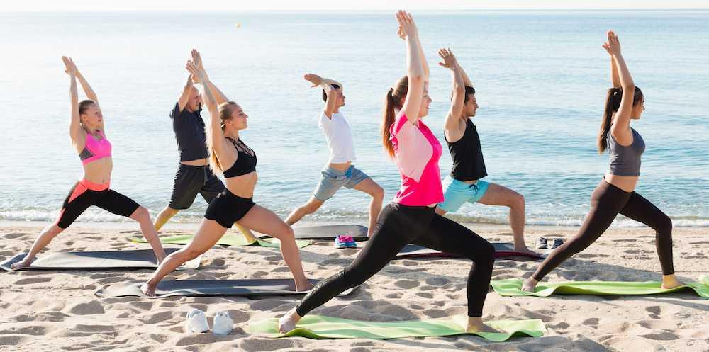 Yoga på stranden. Yogaresor allt populärare.
