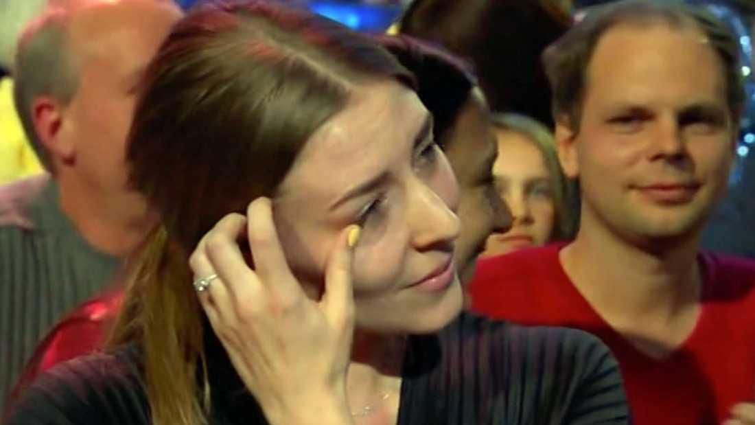 Andreas Weises flickvän Sofie torkar tårar efter sången.