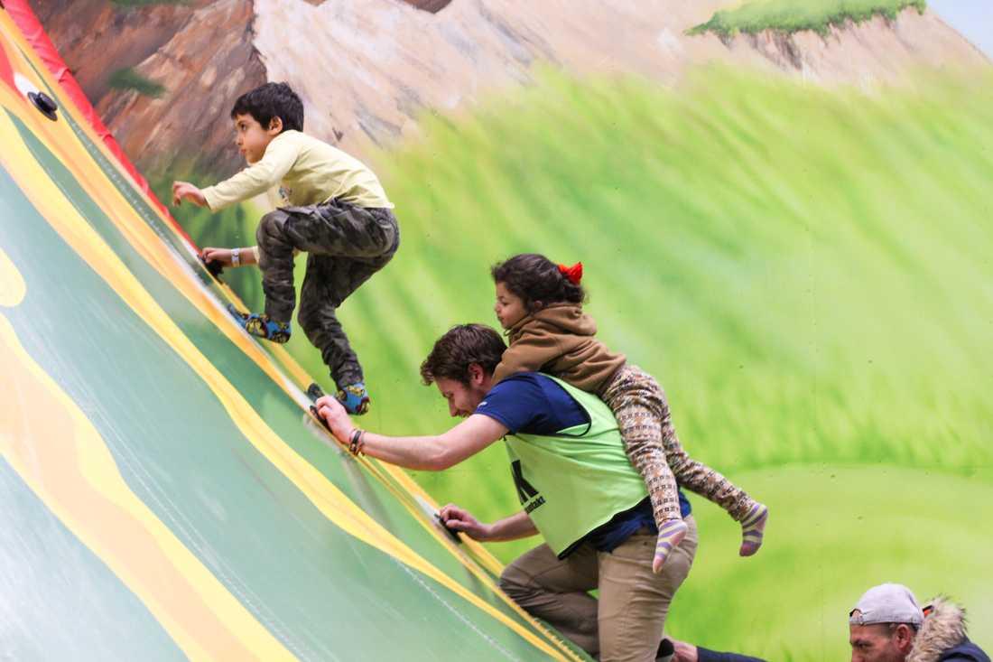 Både vuxna och barn hade kul på leklandet.