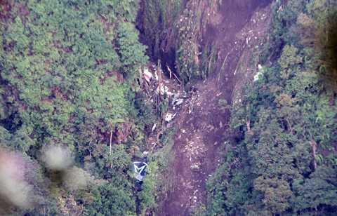 I den här bergssluttningen, på den vilande vulkanen Salak, söder om Jakarta i Indonesien, hittades flygplansvraket. Terrängen och dimman har gjort det svårt att nå fram till kraschplatsen.