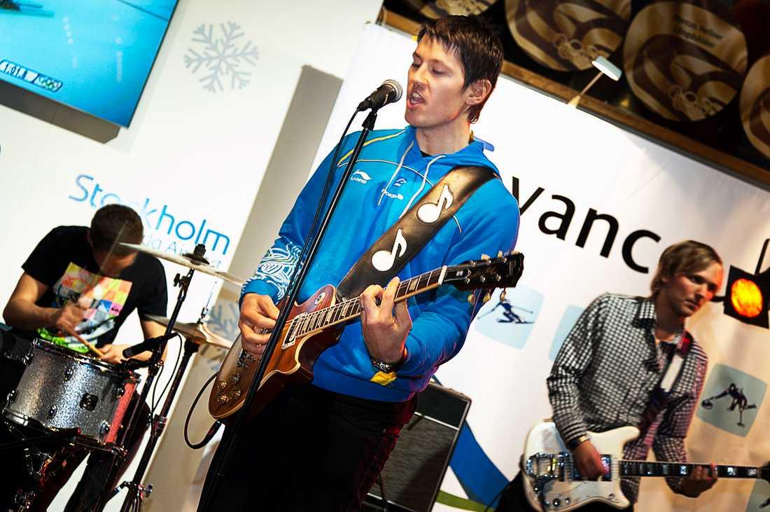 Myhrer tog fram gitarren på Arlanda efter OS-bronset 2010.